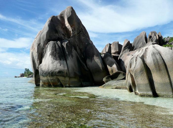 Cloud - Sky Fels Am Strand Felsen Im Wasser Kristallklares Wasser La Digue Felsen Am Strand No People Outdoors Physical Geography Rock - Object Rock At Beach Seychellen Tranquility