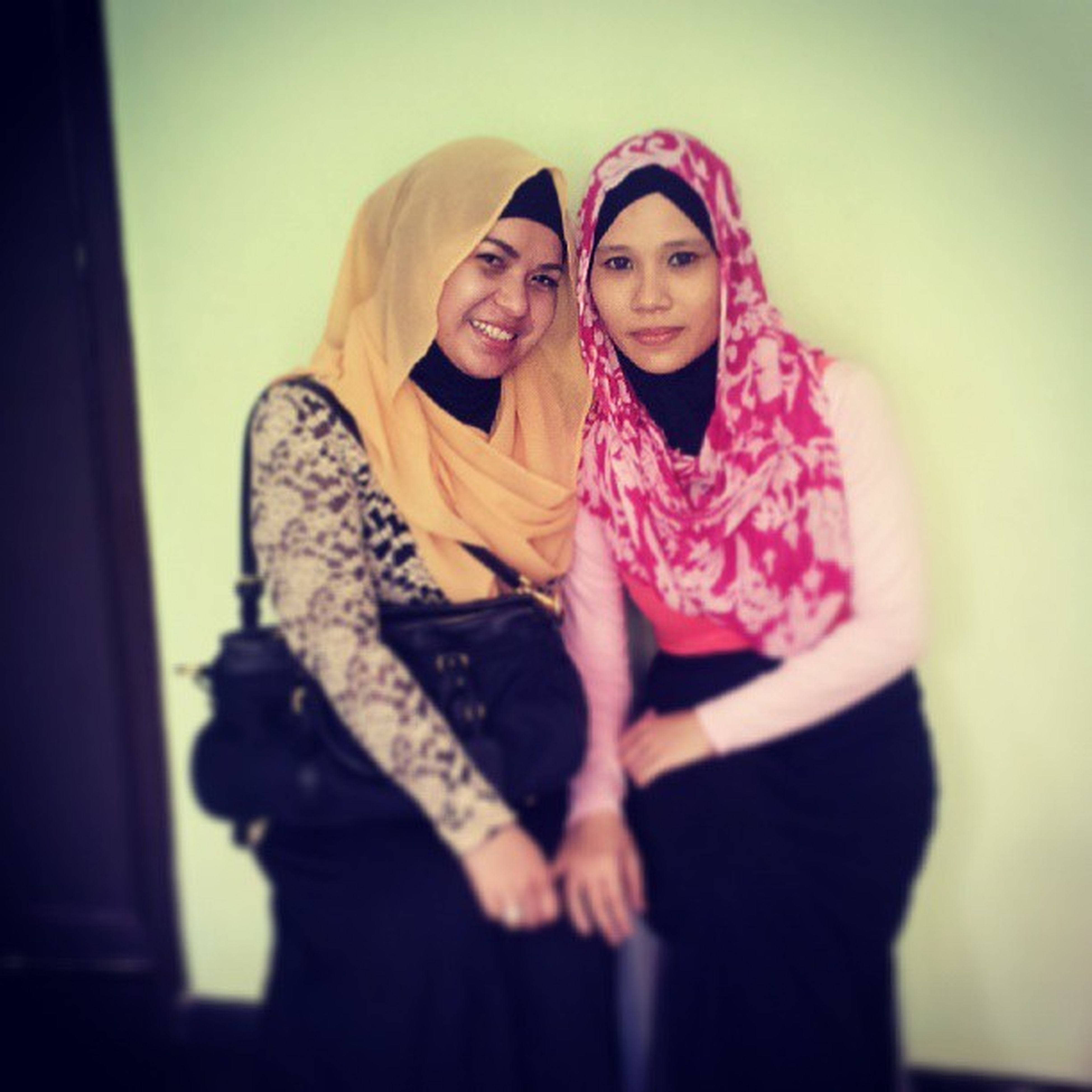 For 10yrs we lost ctc n here finally she's a mom of 3 kids n well I'm still childless had a great laugh but too bad a short one hope to catch up more in future in syaa allah.. Peoplesaywearetwins Whileinourteenageyrs Friendshipof20yrsandcounting