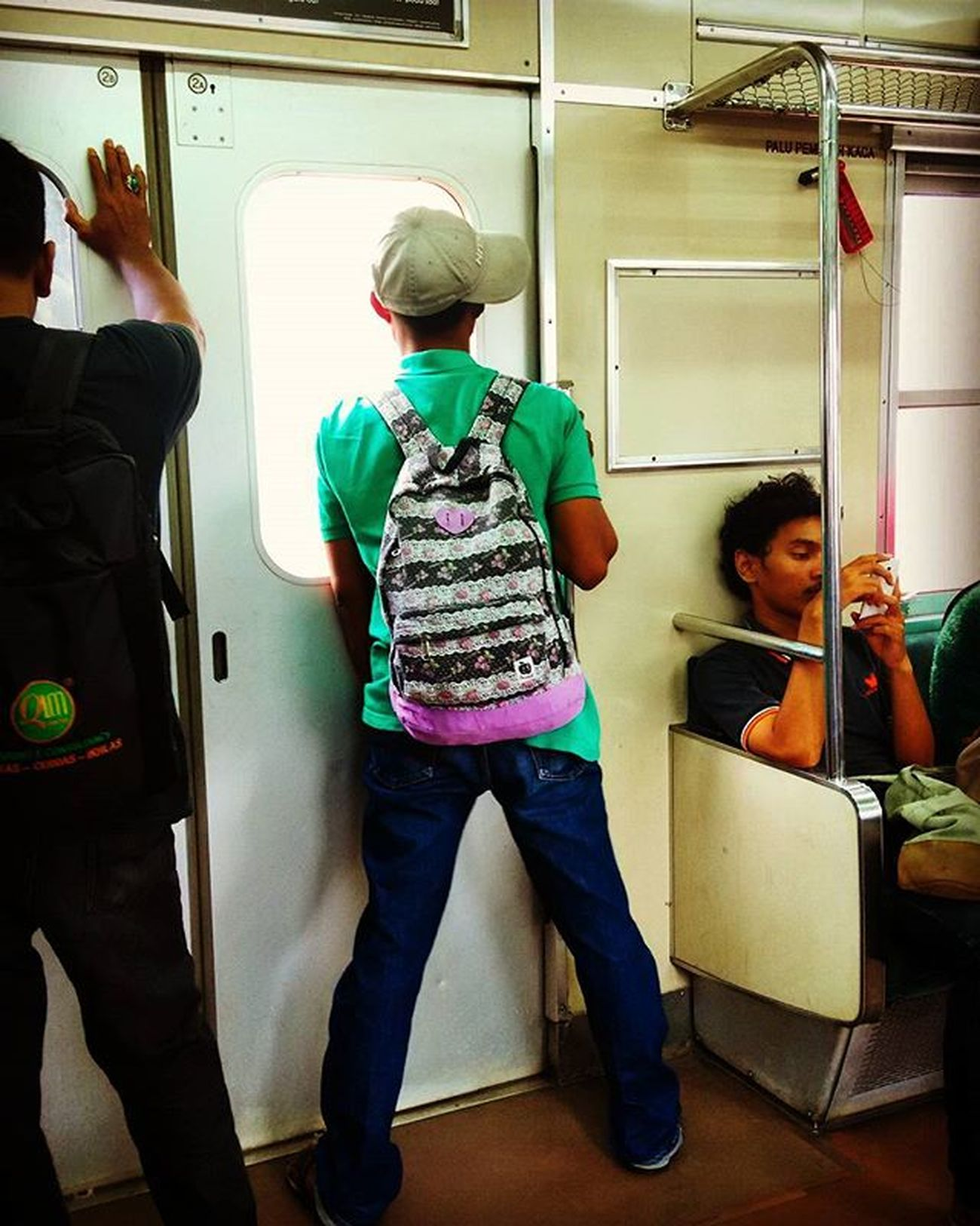 Mas plis mas jangan pipis di kereta 😁😅 Krl Kereta Urbanshot Suddenlyshot Justkidding Train Jakarta Humaninterestindonesia Pointofview Candid Shotbymi MIphotography
