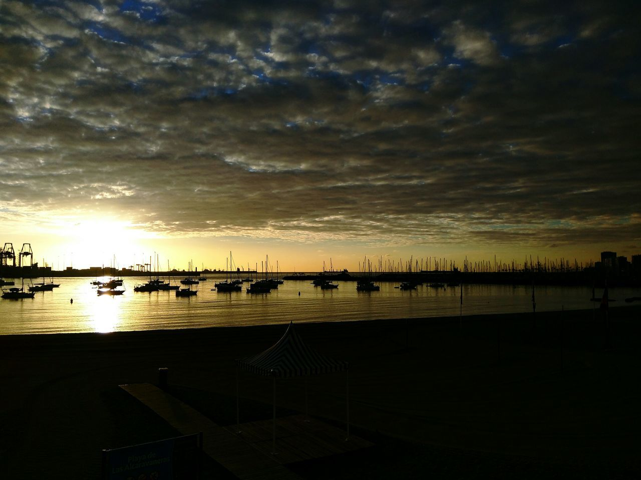 Miércoles. Mitad de semana, aguantando. Have a NicE DaY Eyeemer!! High Contrast Beachphotography Love The Sea Phonedited