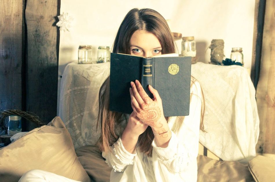 Beautiful stock photos of bücher, only women, young adult, one woman only, one young woman only