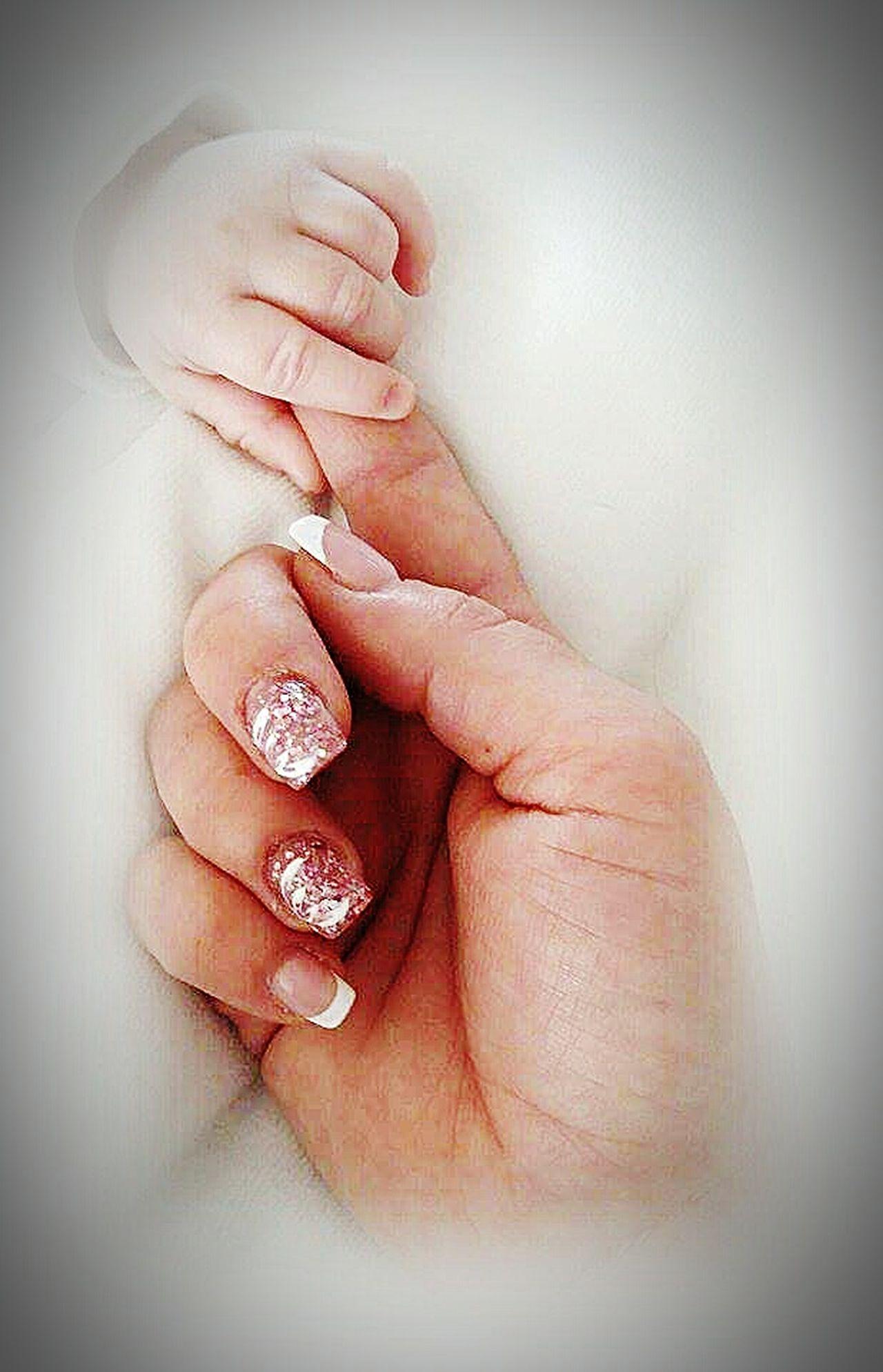 Les mains d'une mère et de son enfant Main Maman Enfant Amour