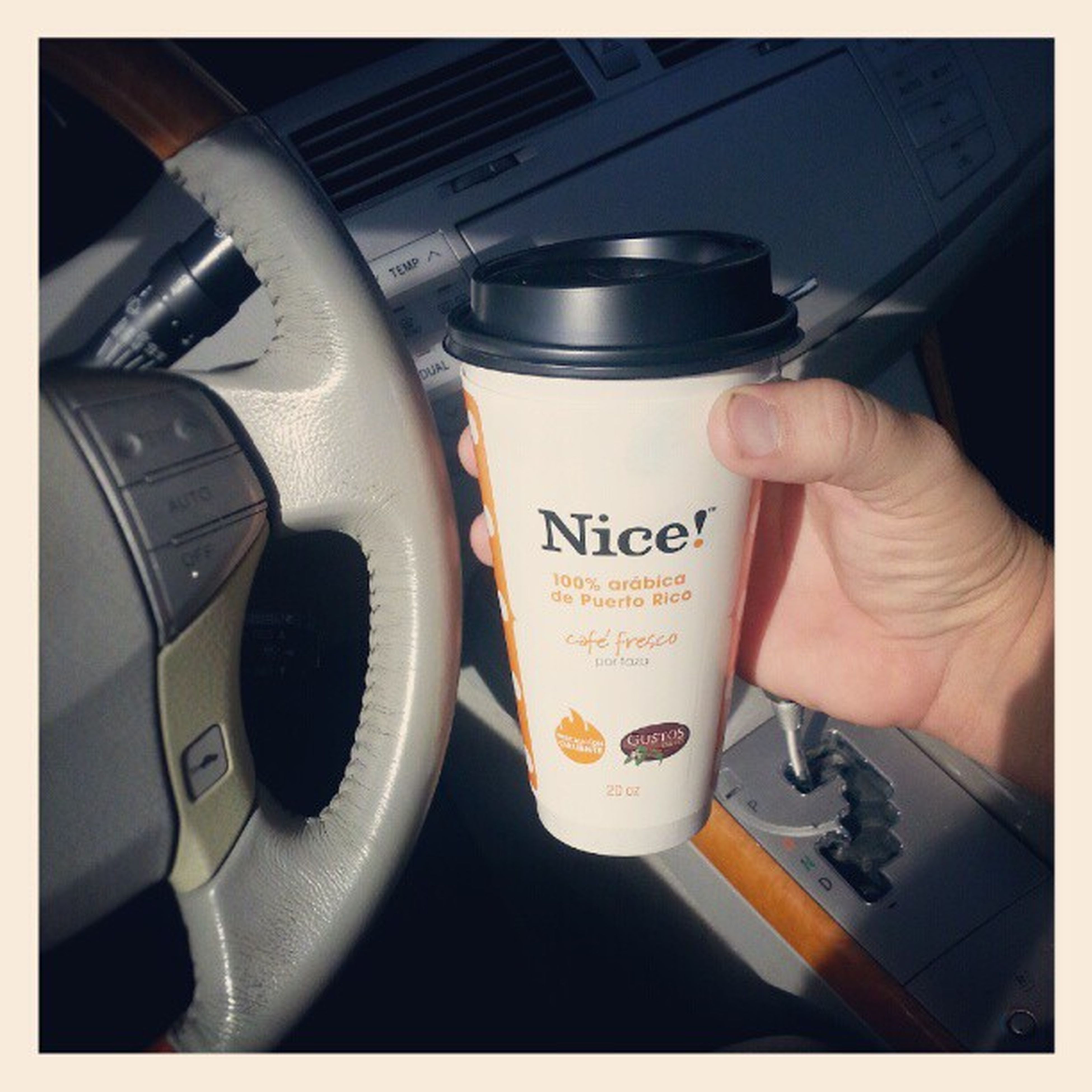 Café en mano, que nos vamos pa' la calle a laborar.