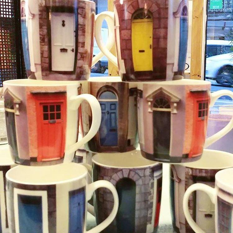 ¿Cómo veis de bonitas estas tazas? Yo las veo Lovely .😍 P.V.P. 3,95 € Alea Conceptstore Déco Decoration Decoracion Mug Mugs Taza Desayuno Breakfast Brit london Nothinghill Uk England Brit Nomepuedoresistir