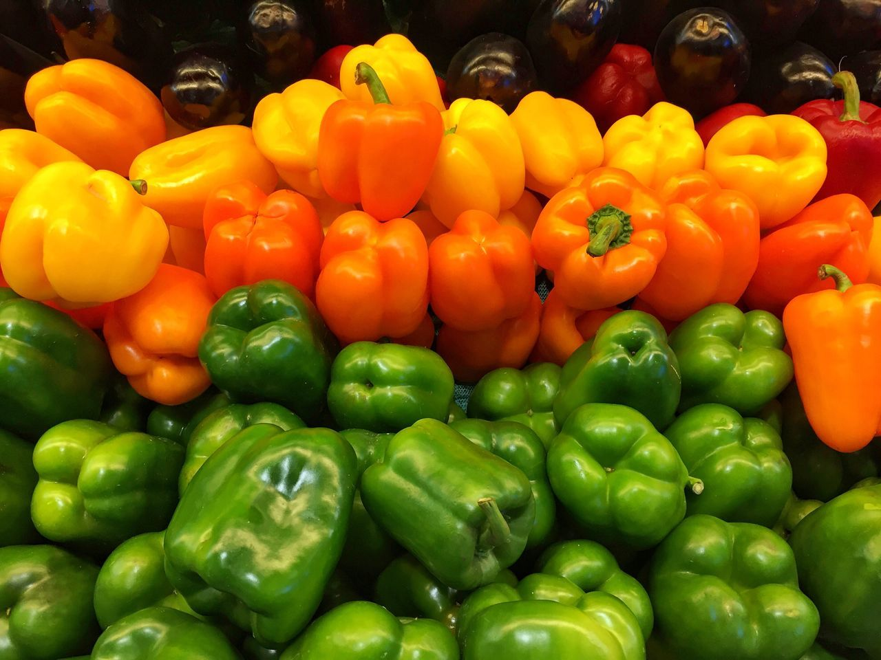 Bell Pepper Vegetable Green Bell Pepper Red Bell Pepper Abundance Yellow Bell Pepper Freshness Healthy Eating Pepper - Vegetable Large Group Of Objects Market Food And Drink Food Retail  Backgrounds Variation Full Frame No People Comida Saludable Pimientos Pimiento Pimiento Amarillo Pimientos Rojos Mercado