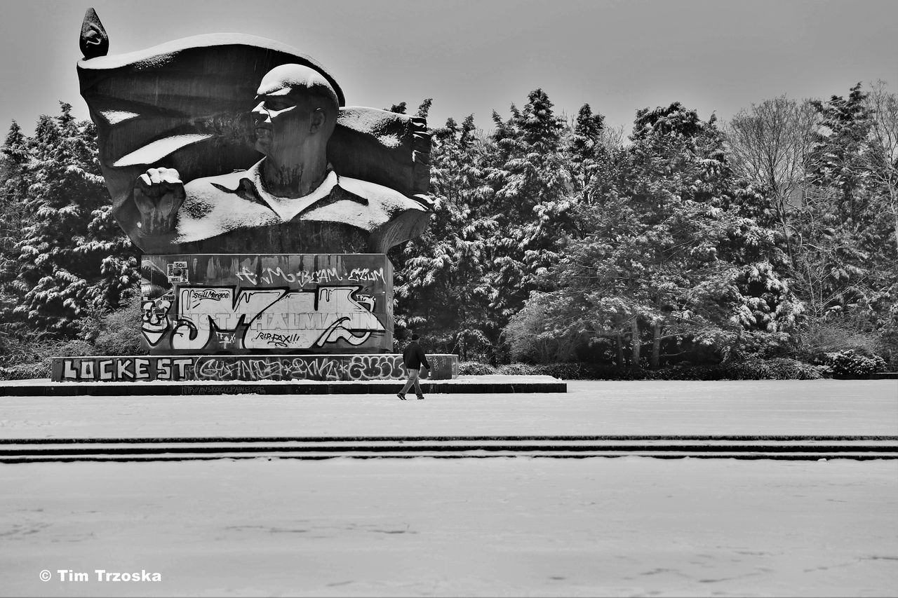 Berlin Day Ernst Thälman Park Ernst Thälmann One Person Outdoors People Prenzlauer Berg S/w Sculpture Snow Statue Trzoska Winter