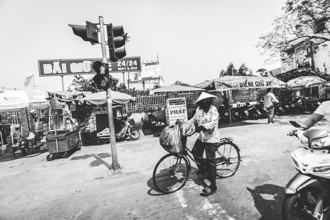 I took this photo today thinking I have time to submit it for the Celebrate Your Ride competition/mission. It expired 😔. Next time. -Tags: Bike Bicycle Blackandwhite Traffic Streetphotography Street Road Drivebyphotography Check This Out Shot with my Sony A6000
