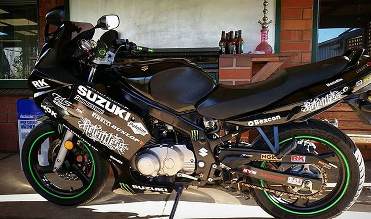 Damn she looking fine. Bit of carbon fiber wrap definitely made a difference on the tank 💪 shes all ready to go for the nice weather tomorrow. Suzuki Bikergirlsofinstagram Bikeswithoutlimits Riderich Gopro Rollingontwo Fat_sportbike_pride Sportbikeenvy SportBikeLife Shift_life Universalbikers Ridersalute Clutchpop TeamSuzuki Pistonaddictz Pimpstarlife Saaraazh Carbonfiber