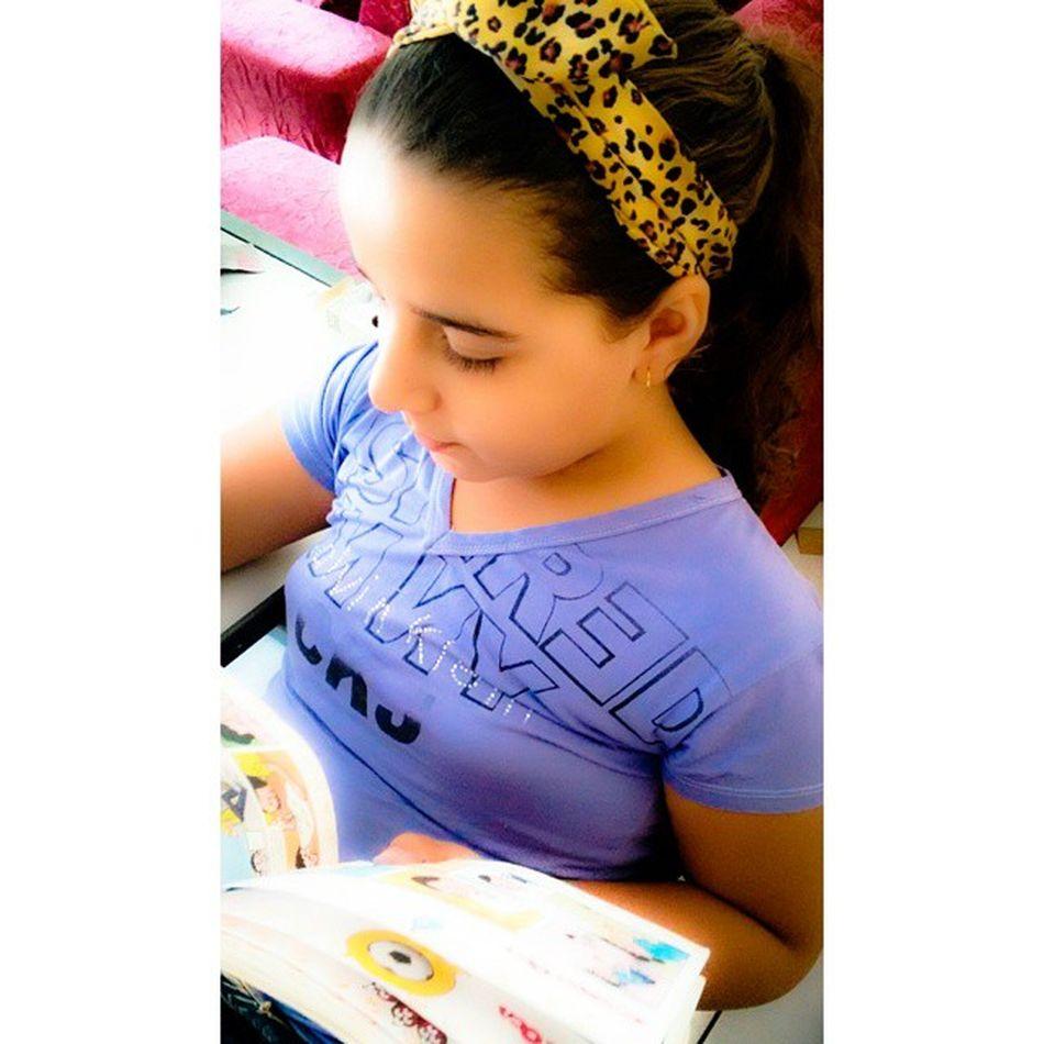 Eu incentivo minha garotinha a ler. Ela ama leitura!!! Euincentivominhabonequinha Euincentivoaleitura