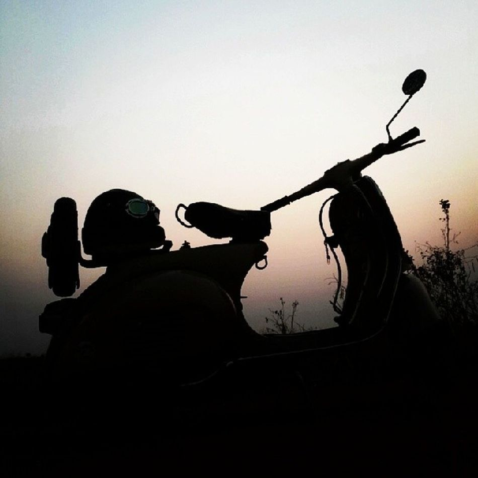 """""""นั่งปลดปล่อยความคิด ไปกับลมกับฟ้า ให้ใจที่มันอ่อนไหว จากความรัก ได้พักผ่อนคลายเสียบ้าง"""" คนข้างล่าง"""