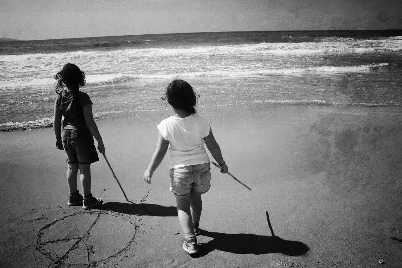 Elles ♡♡♡ .. bon week end les amis.. Enjoying The Sun Blackandwhite Children's Portraits Blackandwhite Photography