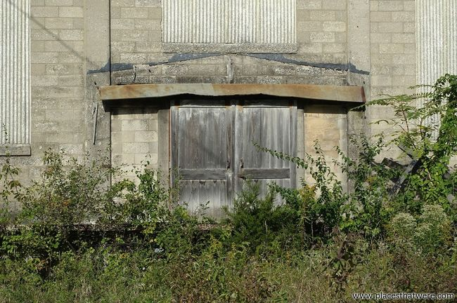 Doors to the past. more here: http://www.placesthatwere.com/2016/10/abandoned-lehigh-portland-cement.html Plant Doors Wooden Doors Abandoned & Derelict Nature Building Exterior Industrial Decay Urban Exploration Abandoned Building Rust Belt Abandoned Illinois Urbex Illinois Abandoned Places MidWest Abandoned Factory Oglesby Decay Portland Cement Overgrown Reclaimed By Nature
