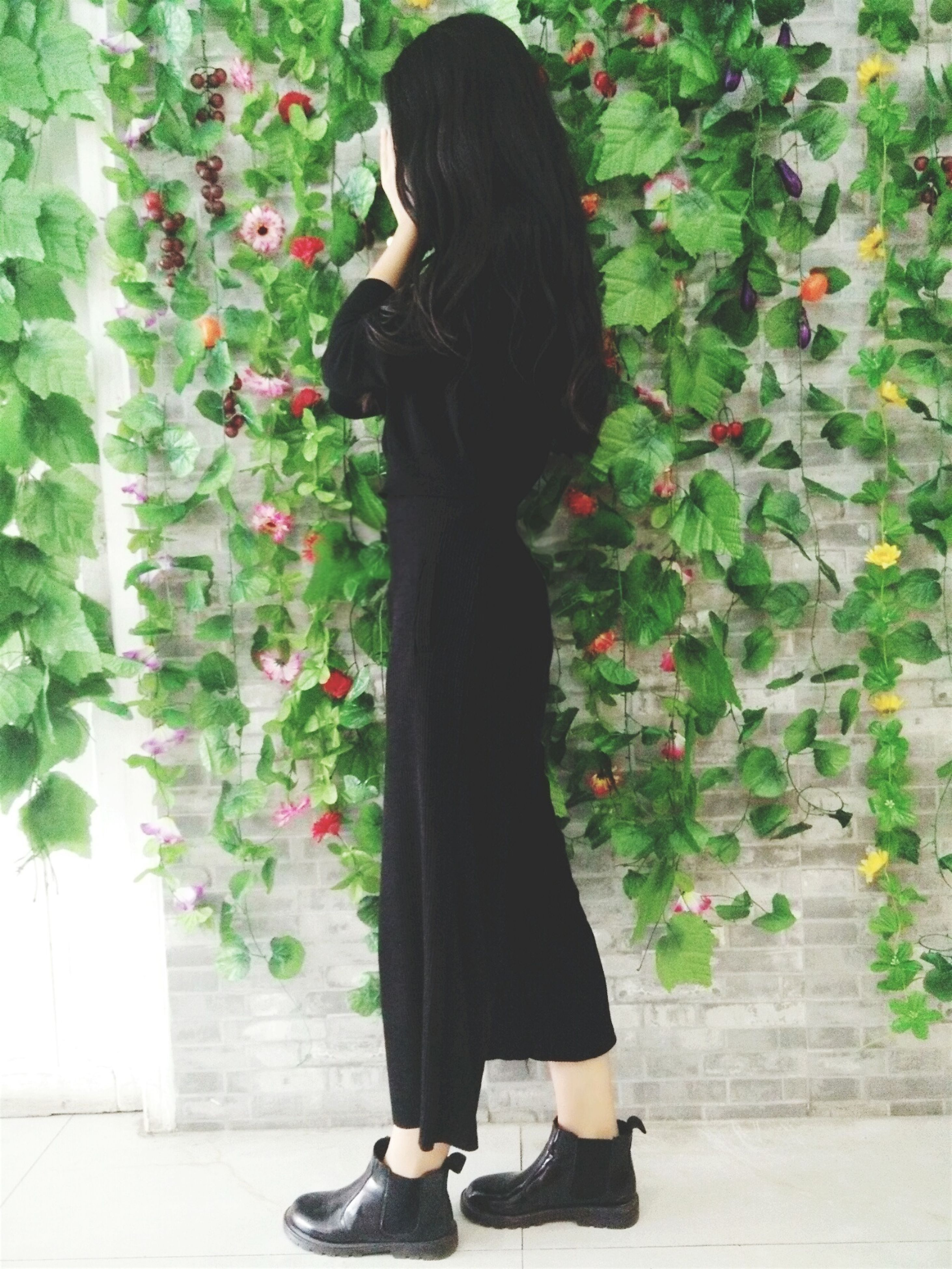 standing, lifestyles, young adult, young women, casual clothing, long hair, leisure activity, person, three quarter length, dress, fashion, full length, indoors, front view, flower, sitting, plant