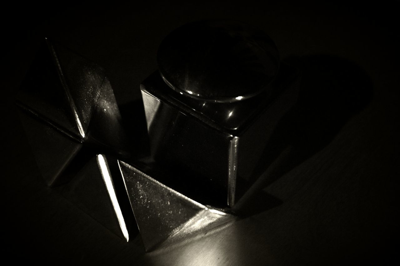 Black Color Low Angle View Indoors  No People Black Background Day Spotlight Close-up Shine In The Dark Blured Vision, Clear Thoughts Abstract Photography Mirrored Reflection Design Photo Light And Shadow Abstractphotography Polished Steel Cubes & Light Geometric Shape Studio Shot Geometric Shapes Triangle Construction Indoors  Night Piramidal Triangles ▲