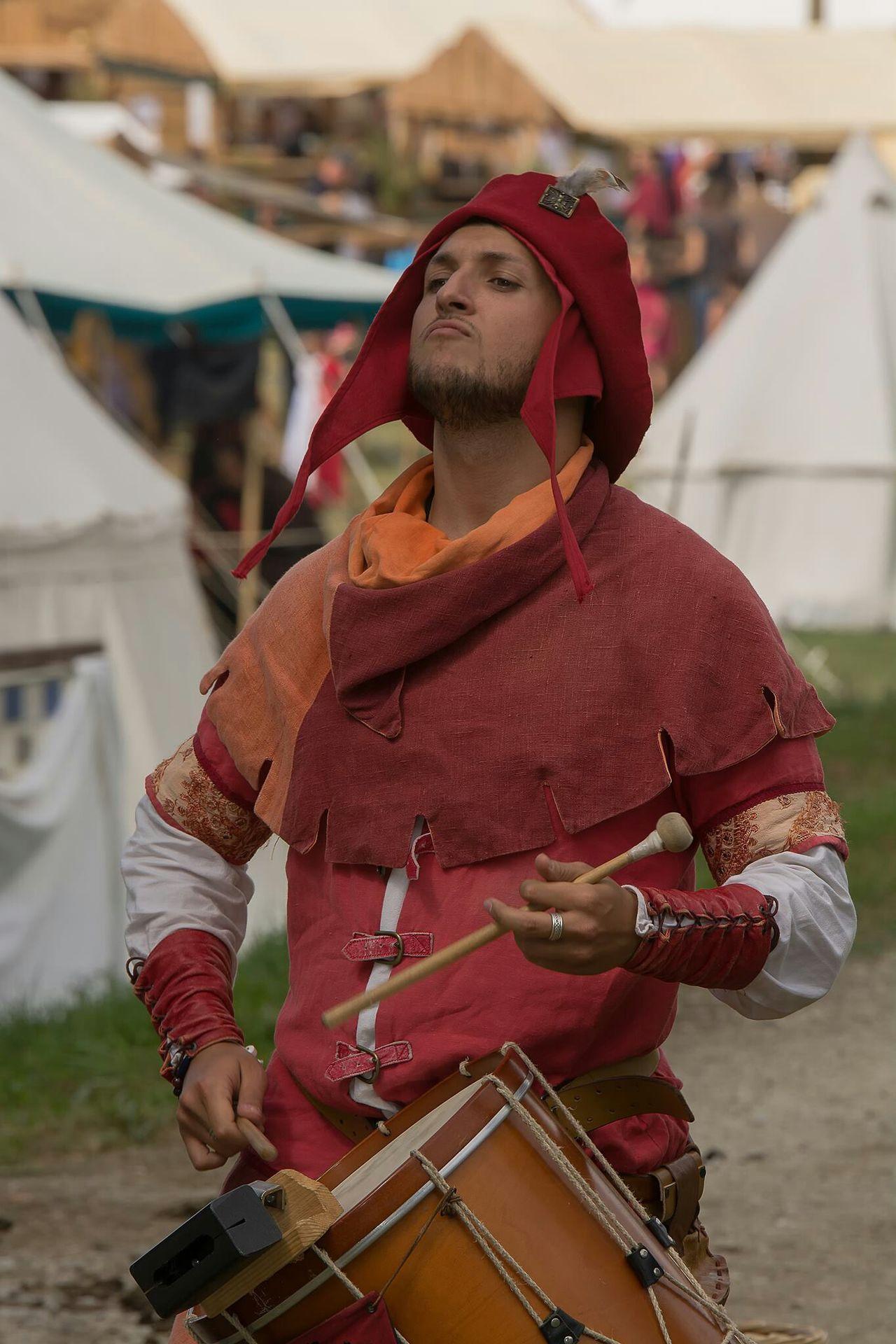 Trouvère Troubadour Musician Musicien Tambours Drums Ménestrel Moyen âge Medievale Middle Ages