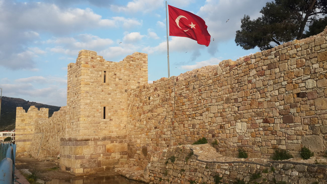 Castle Flag Turkish Flag Historical Building Cityscapes Panorama Architecture Architecture_collection Scenics Scenic View Scenic Urban Lifestyle The Purist (no Edit, No Filter) EyeEm Best Edits Popular Photos Hi! Turkey Izmir Hello World Natural Beauty Izmirlife Türkiye EyeEm Best Shots Urban Photography şehitler ölmez Vatan Bölünmez