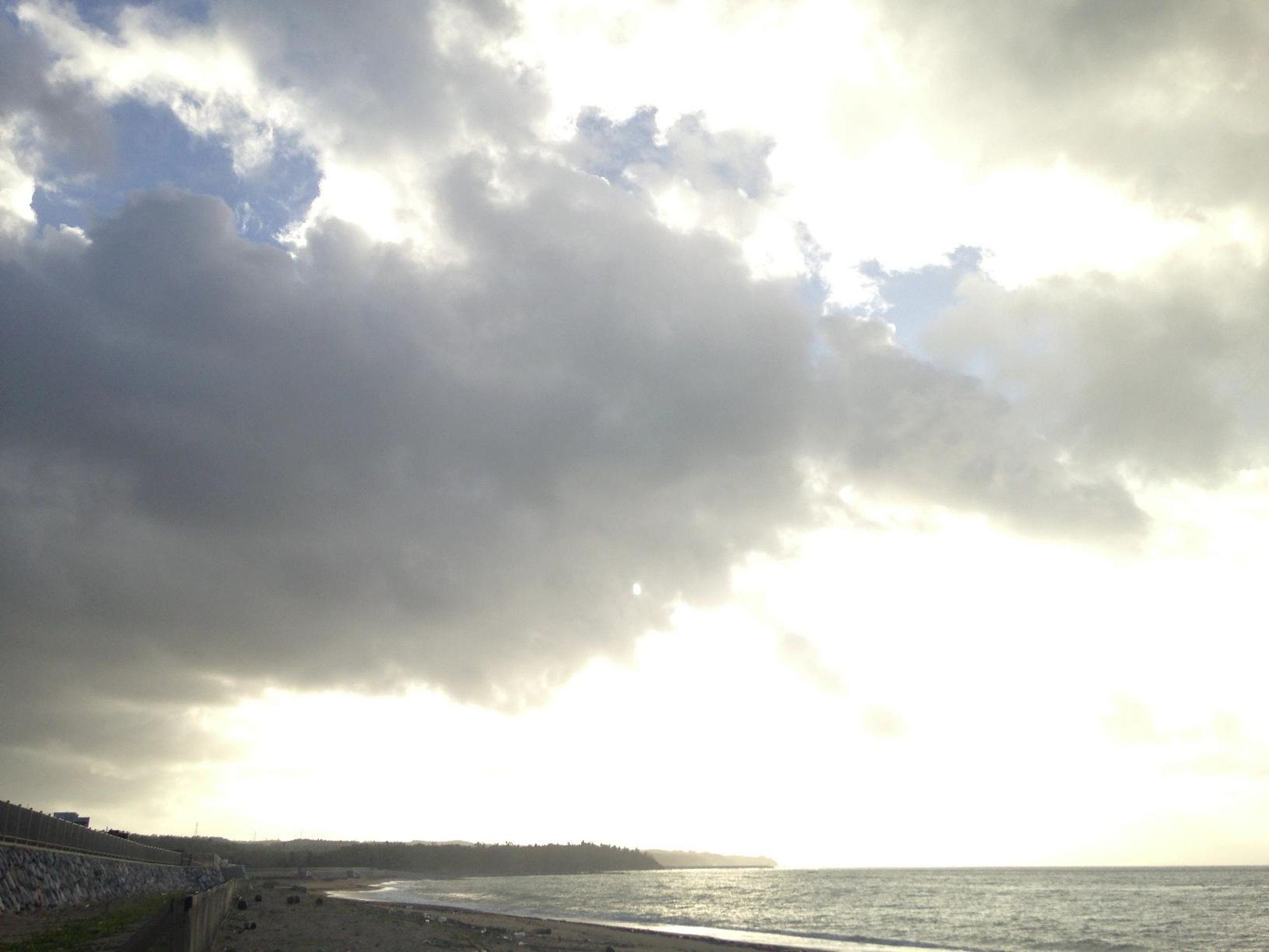 sky, cloud - sky, scenics, sea, tranquil scene, cloudy, tranquility, beauty in nature, sun, sunbeam, cloud, horizon over water, nature, sunlight, water, idyllic, beach, weather, outdoors, overcast