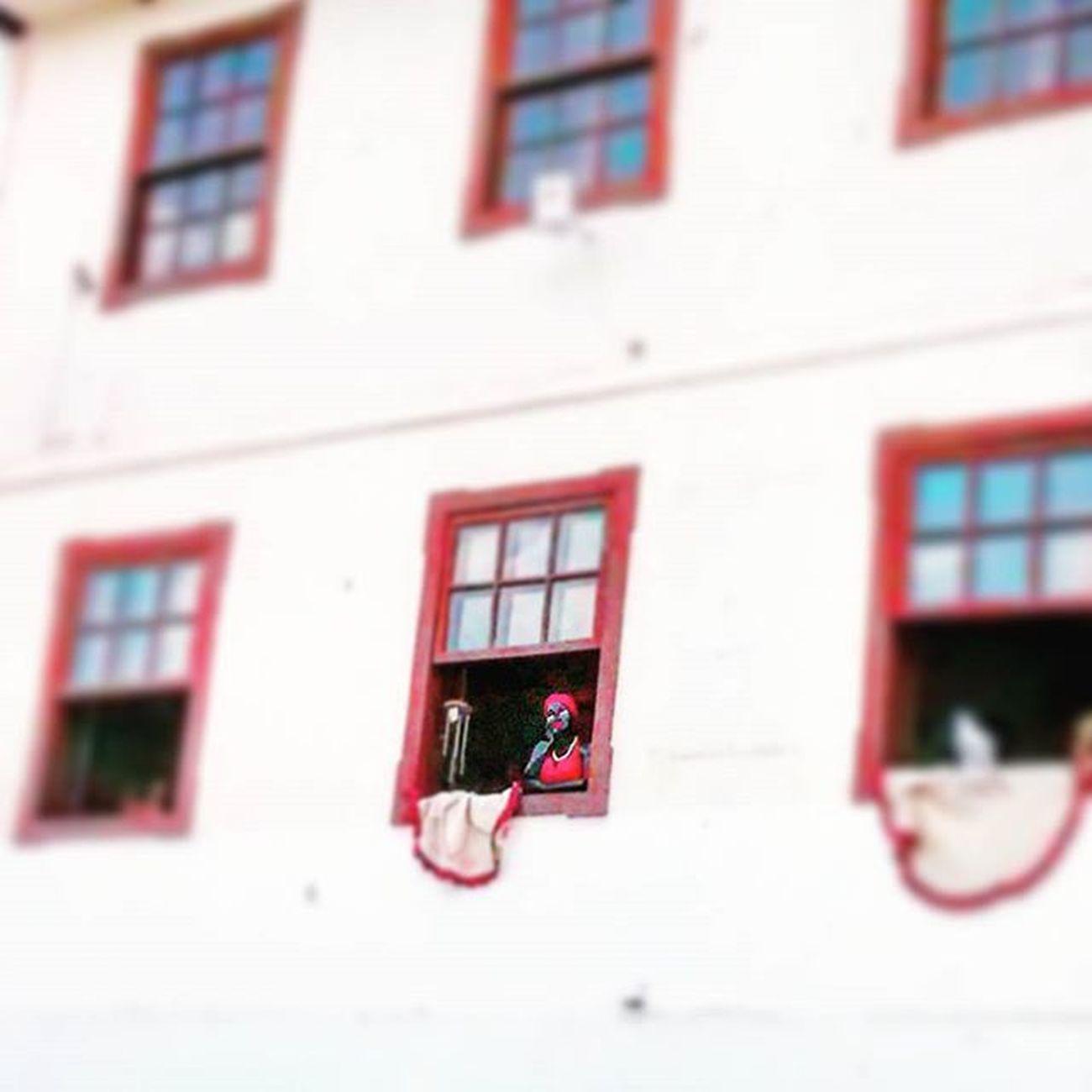 CIDADEZINHA QUALQUER Casas entre bananeiras mulheres entre laranjeiras pomar amor cantar. Um homem vai devagar. Um cachorro vai devagar. Um burro vai devagar. Devagar ... as janelas olham. Eta vida Besta  , meu Deus. CarlosDrummondDeAndrade de Andrade Poesia Sabara MG  Sábado Boatarde Brasil Minasgerais