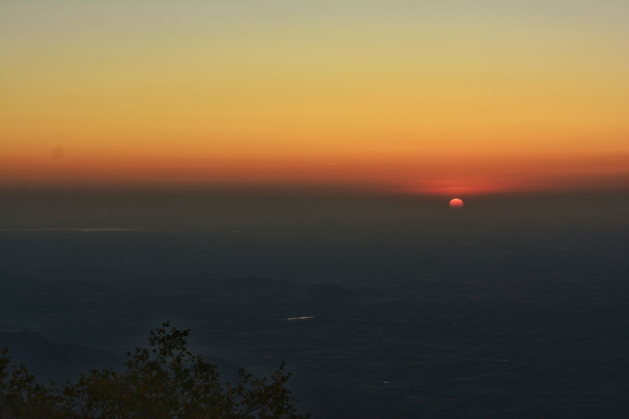 Sunset at 4000ft above from sea level! It makes you feel tbat you are up while sun is going down! Magnificent view @mount abu sunset point Sunset #sun #clouds #skylovers #sky #nature #beautifulinnature #naturalbeauty #photography #landscape MOUNT ABU SUNSET Mount Abu Rajasthan, India Sunset_collection Sunrise_sunsets_aroundworld Clouds And Sky Sun ☀ Sun And Shadow Sunset From Hill Travel Photography Enjoying The Sun Enjoying The View Routine Life Miracle Experimental Photography Low Angle View Urbanphotography No People Landscape Cloudscape