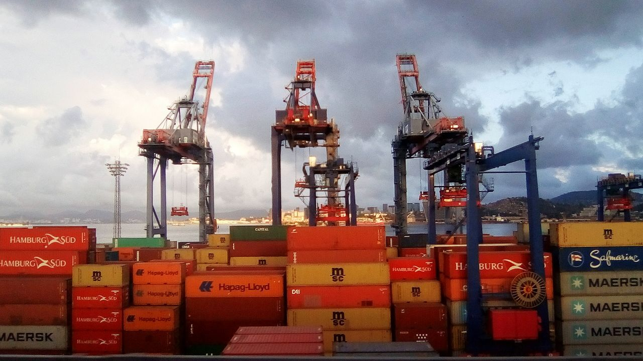 Guindastes, Porto sea water freight transportation Industry cloud - sky shipping Transportation nautical vessel sky commercial dock no people Red cargo container outdoors Architecture day oil industry offshore platform City Nature Paint The Town Yellow