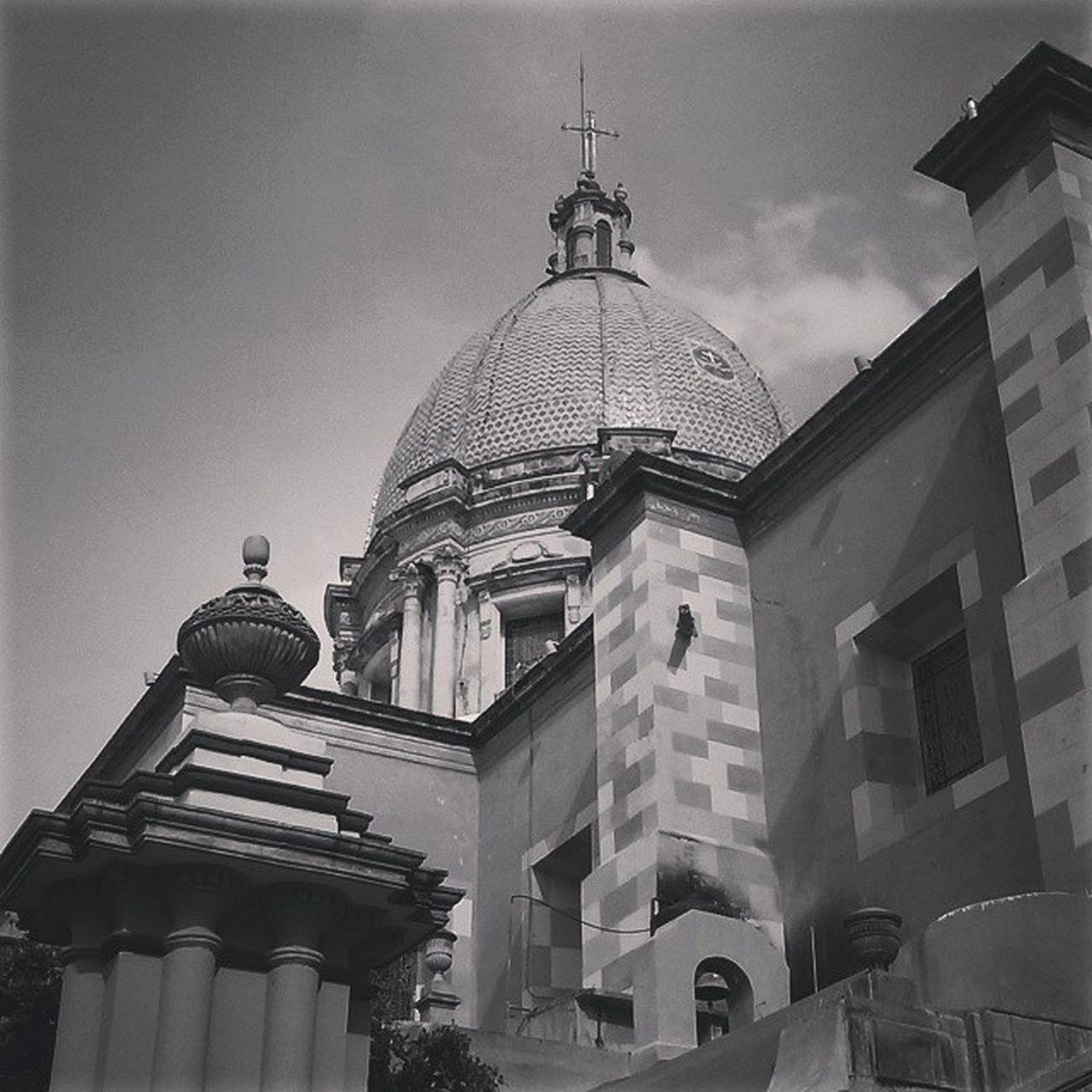 Cuando veo una cruz, recuerdo que hay religión y muerte... la unión en dos lineas, que relatan que es la unión entre lo material y lo espiritual... CelayaGto Mexico Photography Blackandwhite Arquitectura like