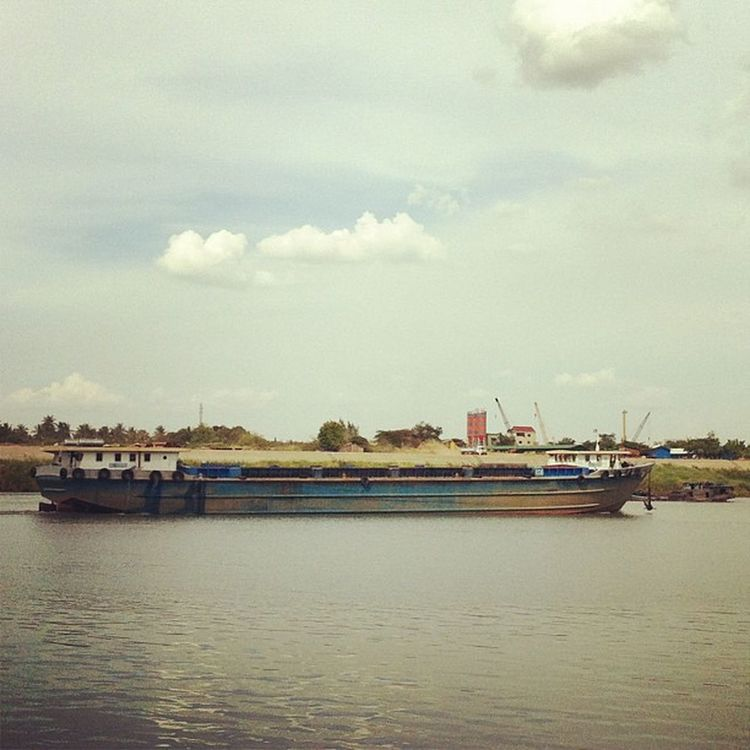 湄公河,世界第十大河流,上游為中國境內的瀾滄江,全長4180公里,流經雲南、寮國、緬甸、泰國、柬埔寨和越南,於胡志明市流入南海,養育整個中南半島。