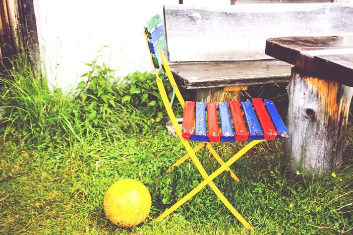 Multi Colored Grass Variation Outdoors Sommergefühle Child Children Chair Kid Childchair Ball Sport Little Chair Still Life Stuhl Kinderstuhl Kind Kindergarten Children Playing Playing Table No People Day Outdoor Farbenfroh