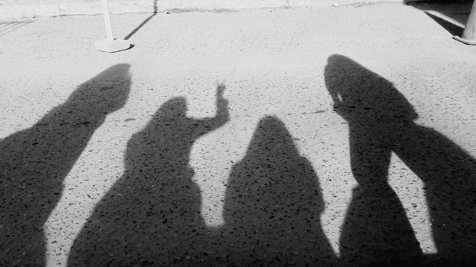 No es mi mejor foto pero me gusta Real People Shadow Focus On Shadow Sunlight Leisure Activity Togetherness Day Human Hand Standing Lifestyles Human Body Part Friendship Outdoors Forming Adults Only People Adult