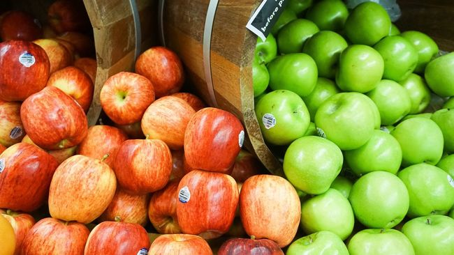 Food And Drink Large Group Of Objects Freshness Abundance Food Healthy Eating For Sale Retail  Fruit Retail Display Choice Sale Apple - Fruit Consumerism Stack Business Farmer Market Market Red Collection