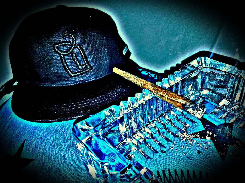 Smoking in style Snapback Cap Hoodlamb El Logo XL Ganja Kingsize Ashtray  Moon And Stars To The Moon And Back Love Amsterdam Home Is Where The Heart Is And Where Wifey Is Cold Temperature Close-up Indoors  Blue Effect