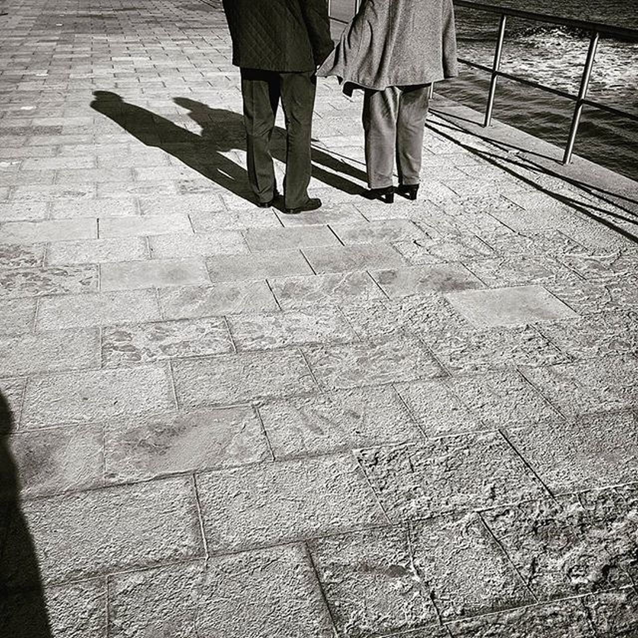 Coupleoftheshadow Shadows Couple Oldlove Walkinginthesun Enjoylife Liveit Igers VSCO Vscolife Streetphotography Photographylovers Photography Blackandwhite Blancnoir Shootingtheglobe Shooters_pt Cascaislovers Cascais Sunnydays Sun Laliphotography Travelling