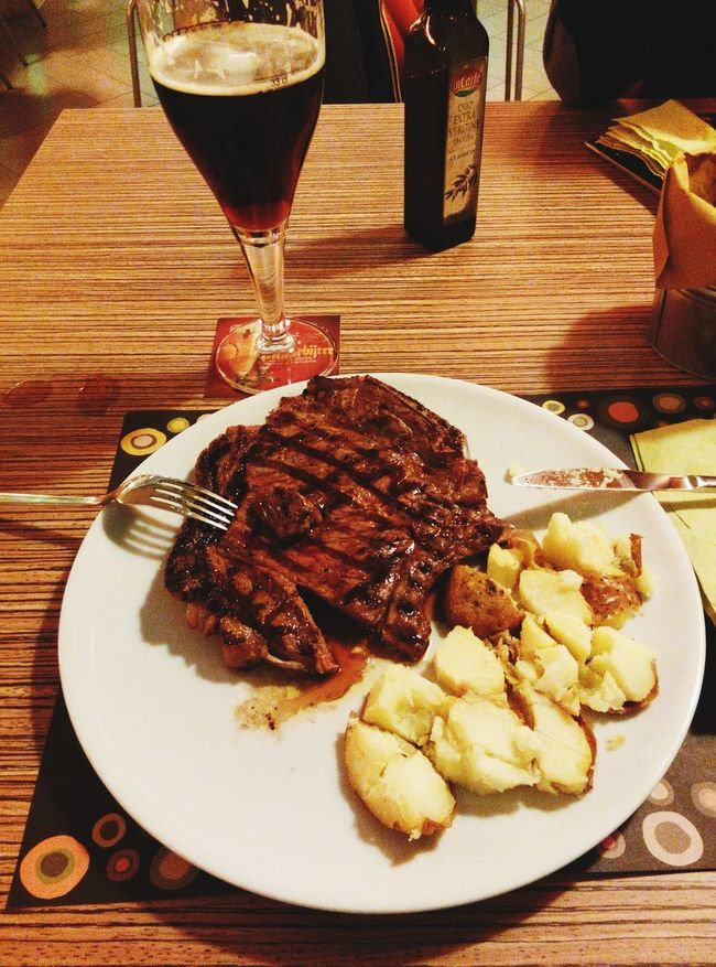 Filetto di Black Angus Beefe Patatecon un'ottima Birra Rossa