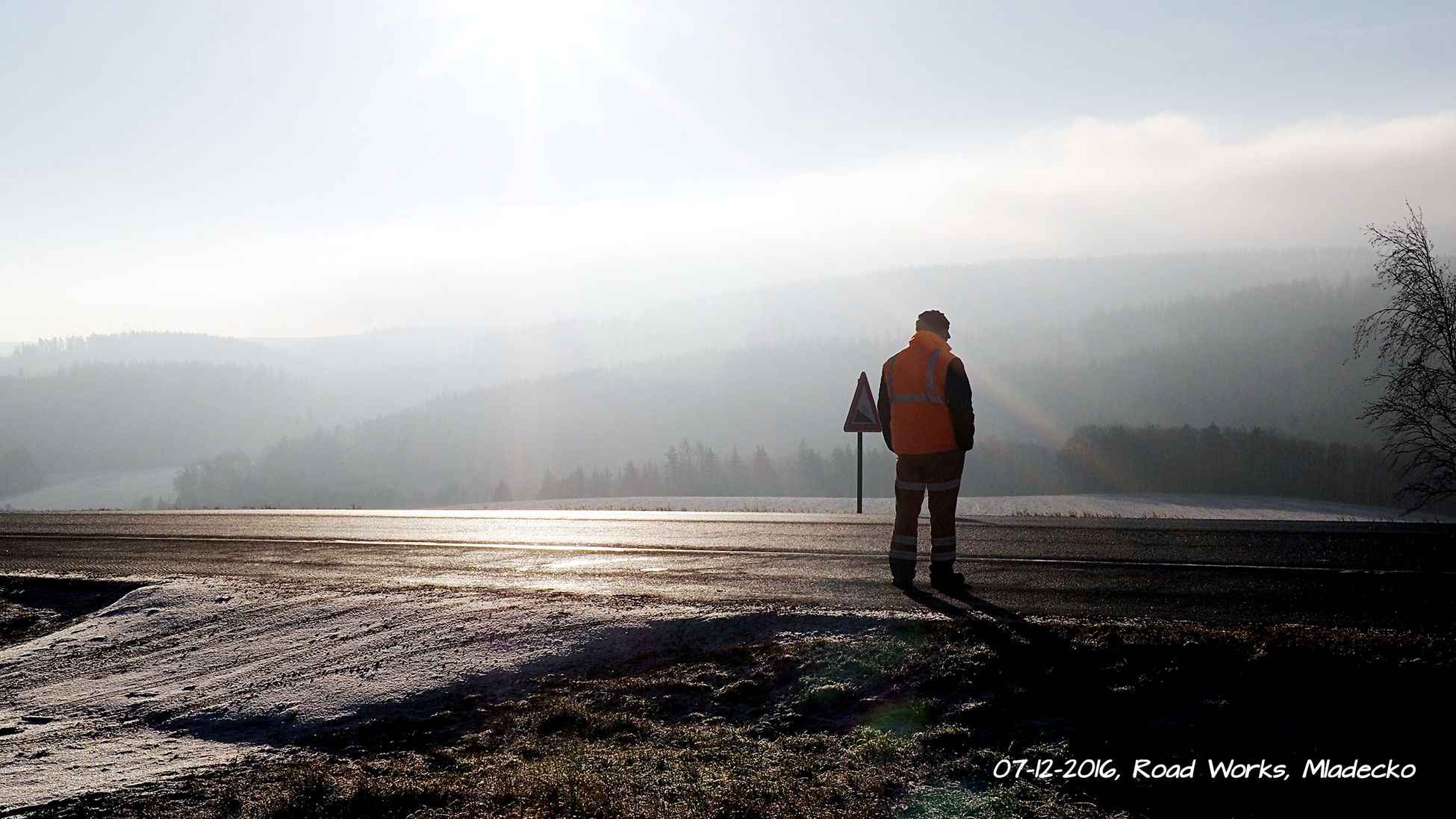 07-12-2016 l roads works, foggy and sunny Road Works Sun Fog Sunny Sunny Morning Foggy Foggy Morning Beauty In Nature Silhouette Winter Nature Outdoors Cold Temperature Sunlight Idyllic Naturelovers One Person Long Exposure Romantic Czech