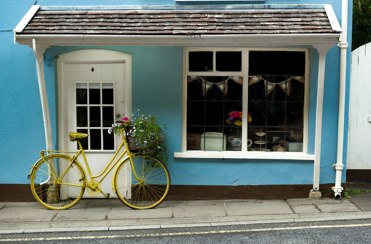 building exterior, outdoors, architecture, window, built structure, day, bicycle, transportation, no people