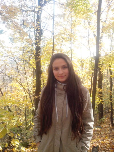 Long Hair Tree Young Women Leisure Activity Lifestyles Young Adult Looking At Camera Portrait Standing Person Waist Up Casual Clothing Brown Hair Front View Beauty Day Nature WoodLand Scenics