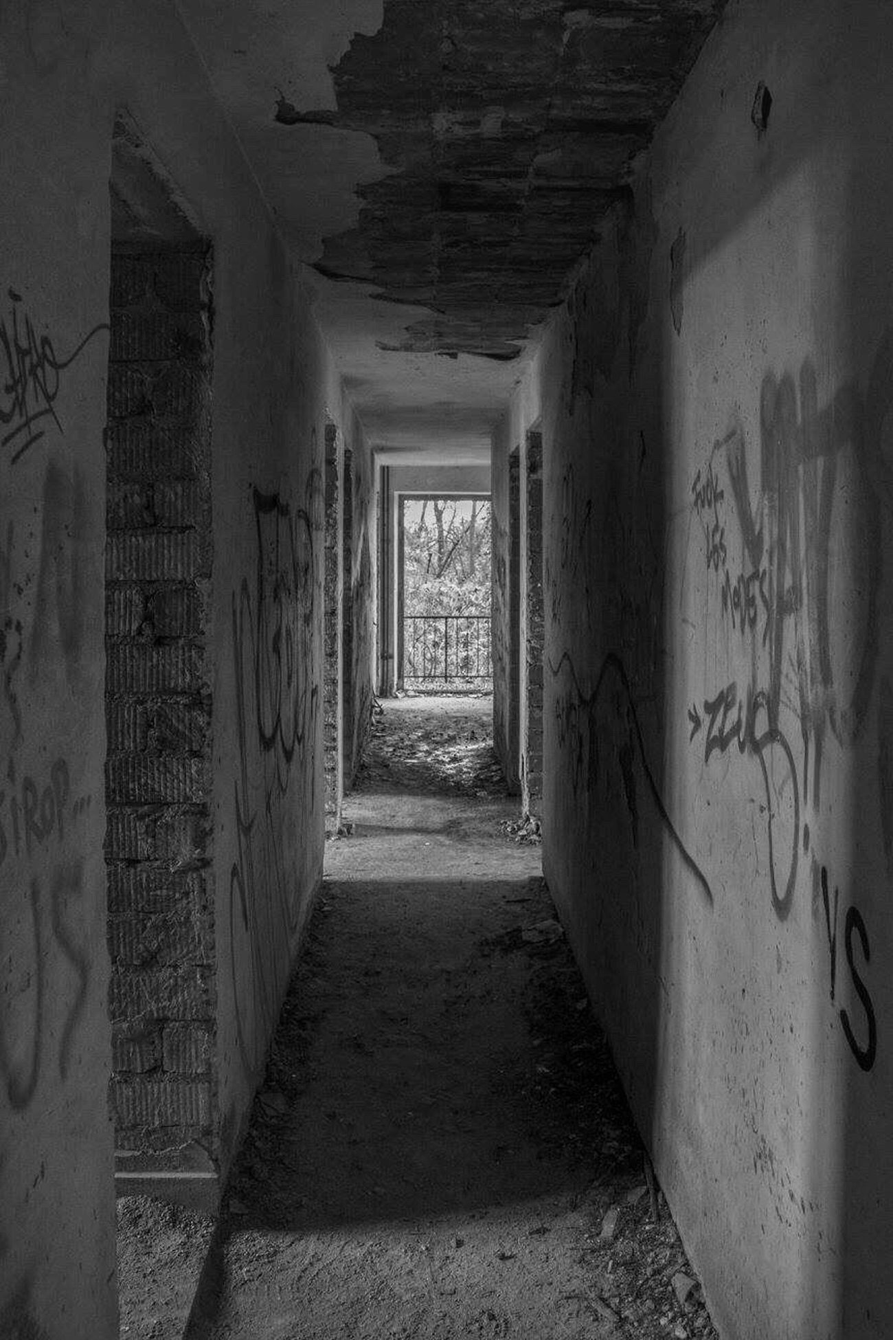 The Way Forward Corridor Abandoned Architecture Damaged Abandoned Places Abandoned Buildings Canonphotography Tadaa Community Urbex Lost Places Abandoned Hotel EyeEm Abandoned Urbexphotography Beauty Of Decay Architecture Blackandwhite Blackandwhite Photography