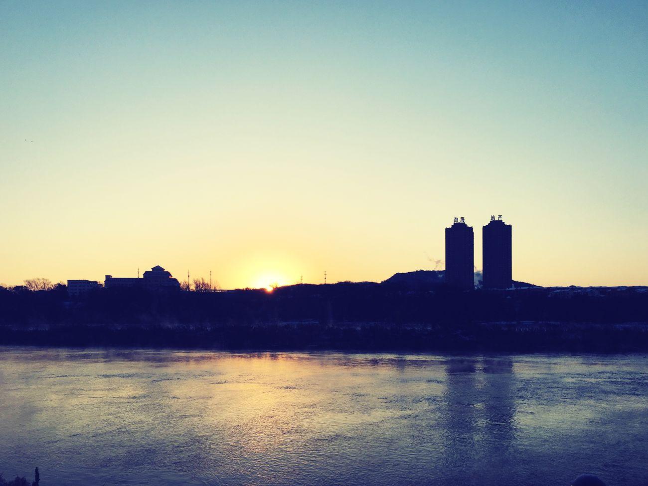 松花江畔,雪后初晴,日出东方。 Sunset Riverside River City
