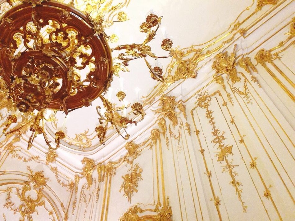 📵 LOL. As if. Gold Colored Gold Backgrounds No People Close-up Day Palace History Historical Building Architecture Architectural Feature Chandelier Architectureporn Decor Interior Design Monarchy