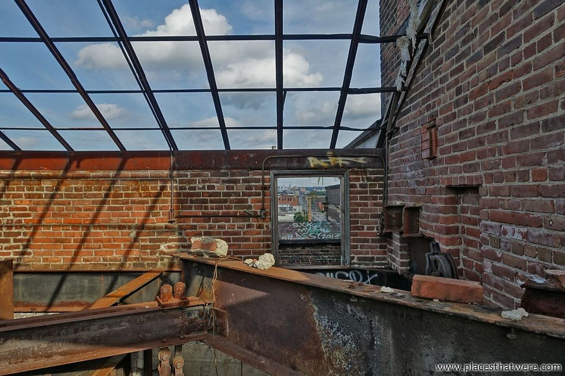 Skylight http://www.placesthatwere.com/2017/12/abandoned-warner-and-swasey-company.html Abandoned Factory Windows Abandoned Places Abandoned Buildings Abandoned & Derelict Urbex Urban Exploration Urban Decay Industrial Decay Eerie Creepy Cleveland Rust Belt Ohio Ruins Skylight Abandonedbuildings Abandonedbuilding Abandonedfactory Abandonedplaces Decay Brick Wall Architecture Built Structure Window No People Day Outdoors