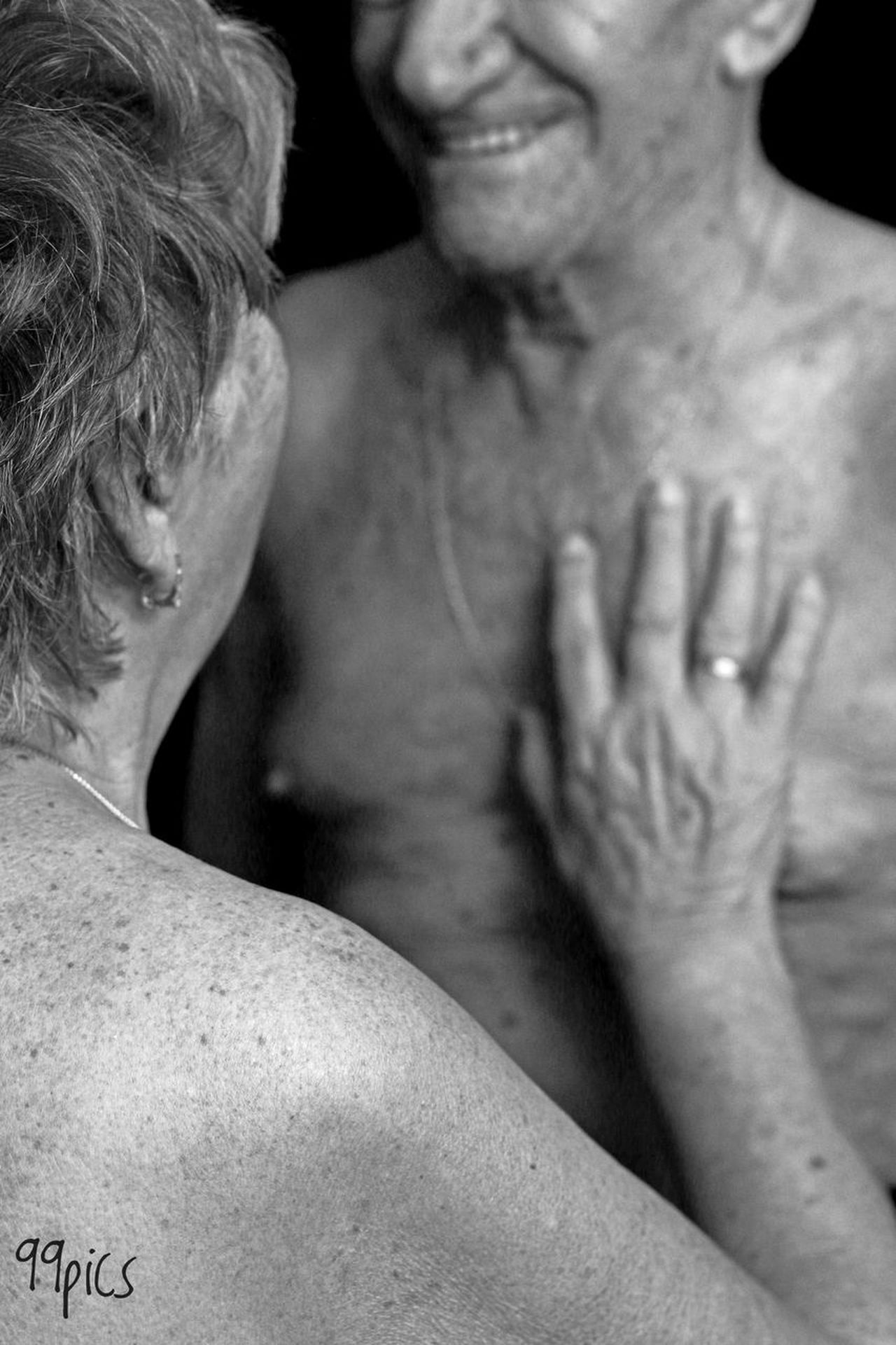 Te daría toda una vida. Black And White Two People Person Mature Adult Adult Lifestyles Togetherness Beauty Mature Women Real People Wedding Wife Happiness From My Point Of View Simple Beauty Purist No Edit No Filter Moment Of Silence See The World Through My Eyes Relaxing Darkness And Light Blanco&negro Black&white Special Moments Hand Oldman