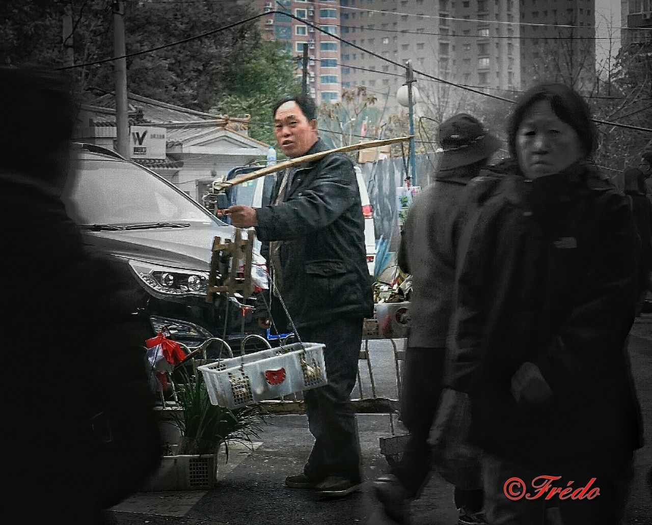 Le Regard Le Regard Est Un Language Dans Tout Les Pays  Ami Rencontre People Adult Mature Adult Color Photography Street Photos😄📷🏫⛪🚒🚐🚲⚠ BEIJING北京CHINA中国BEAUTY Portraits Of EyeEm Human Interest Streetphotography Colorful Photography China In My Eyes Chinese Beijing, China Beijing Friendship