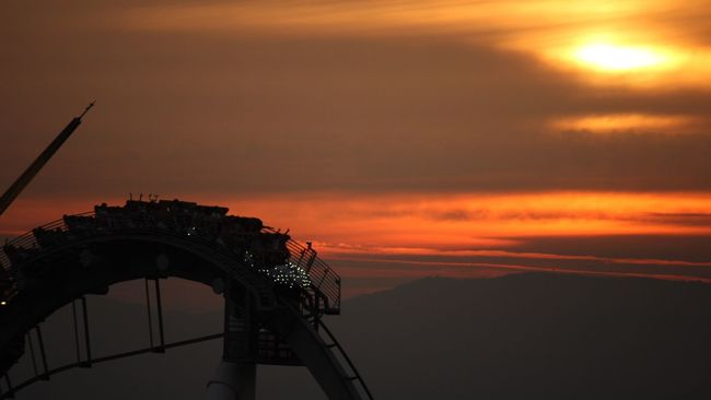 Original Experiences ジェットコースターはもう何年も乗ってない。重力を逆に感じ、体を浮かす感覚は好きだか、そもそも一人で乗るものではないと思う。夕暮れのジェットコースターの歓声が聞こえる、楽しそうだ。久しぶりに乗ってみようか… ジェットコースター 夕暮れ Sunset 遊園地