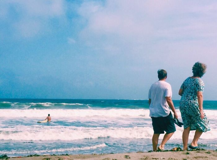 Surf's Up Sea Sky Blue Photo Japan 本を片手に海岸を散歩するご夫婦。素敵でした