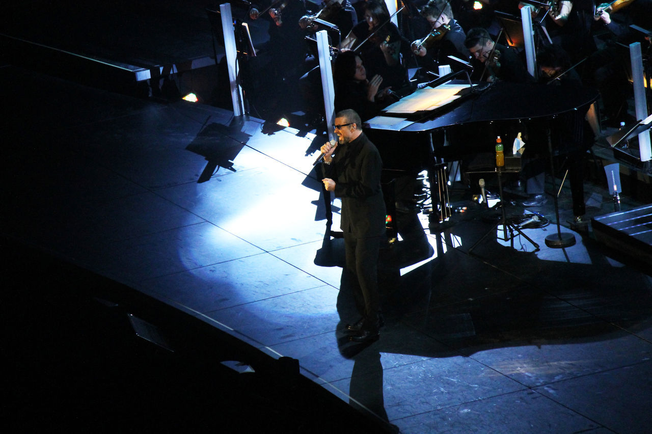 2011 Artist Arts Culture And Entertainment Cantante Cantor Concert Concerto Concierto George Michael Indoors  Konzert Men Night One Person Performance Popular Music Concert Singer  Standing Vocalist
