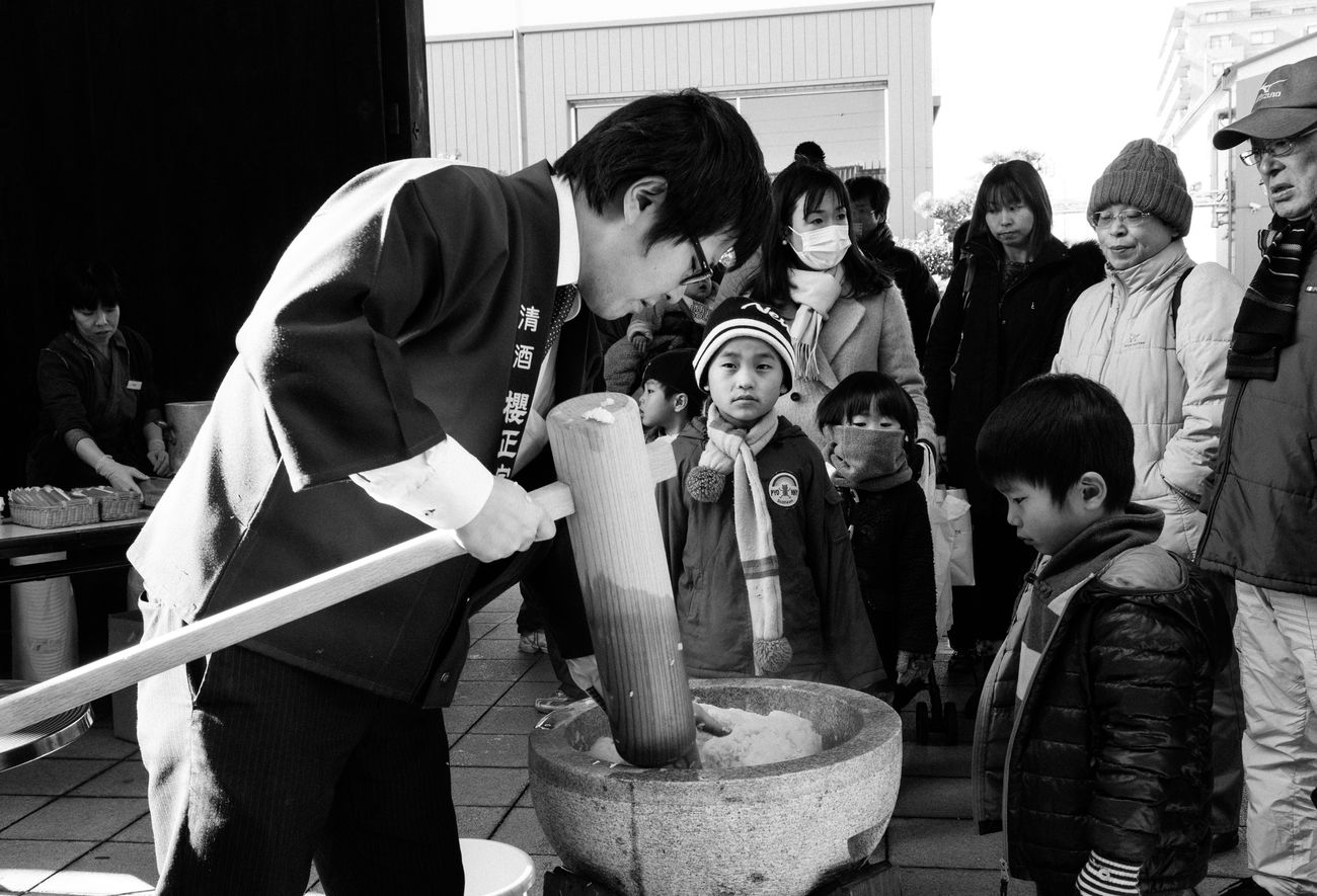Mochi-tsuki ceremony on New Years Day. In labour intensive process cooked rice is pounded with a mallet until it becomes sticky. Kobe-shi,Japan Streetphotography Streetphoto_bw Kids Mochitsuki Leica Xvario Leicacamera Japan 神戸 Upclose Street Photography