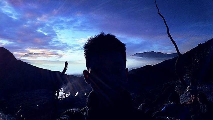 Diatas awan ada awan dibawah laut ada laut, jadi orang jangan sombong ntar kualat Id_pendaki Lensakeindahan Visitgunung Gunungindonesia Pendakiindonesi Eigeradventure Daypack Backpacker Pendakiulung Zonafotografi Indohiker CONSINERS Consinaindonesia Hilook Urbanhikersindonesia
