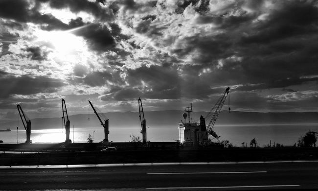 Siyah ve beyaz bu kadar net 👍 Hanging Out Architecture Photography Landscape Perspective Blackandwhite Urban Landscape Check This Out EyeEm Gallery EyeEm Best Shots - Black + White Eyeemphotography Learn & Shoot: Working To A Brief EyeEm Nature Lover The Week Of Eyeem Cloudporn EyeEm Best Shots Clouds And Sky