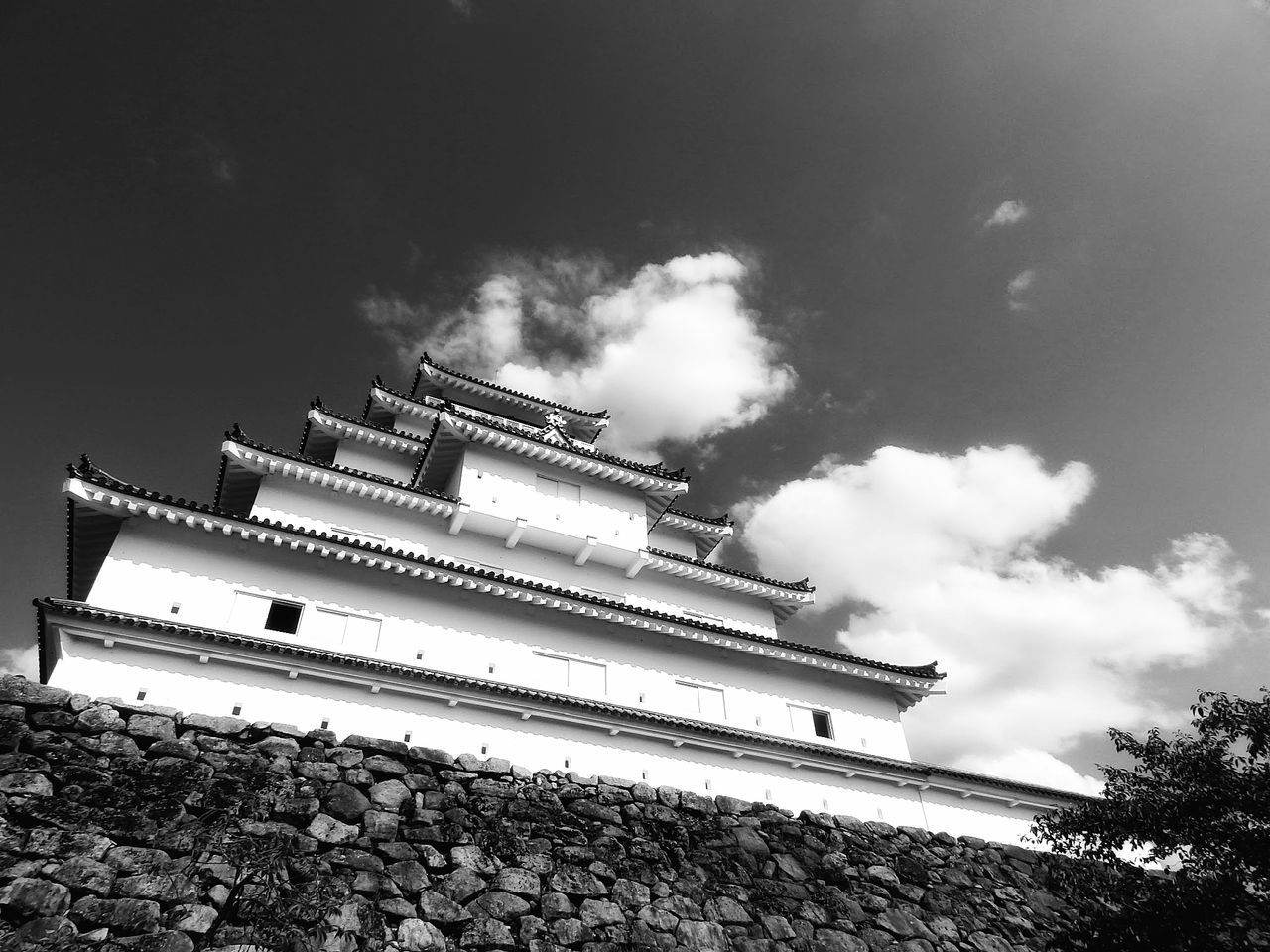 Monday Monochrome 🏯『 鶴ヶ城 会津若松 福島 』Tsuruga Castle in Aizuwakamatsu, Fukushima-prefecture. Built circa 1384 and in use till year 1868.. Tenshu (highest floor) of the castle was re-constructed in 1965. 🏯| 鶴ヶ城 会津若松城 日本の城シリーズ Tsuruga Castle Aizuwakamatsu Japanese Castle Ancient Architecture Japanese Architecture Castle View  Low Angle Shot Fortress Historical Landmarks Historical Site History Through The Lens  Built Structure Black And White Monochrome Noiretblanc モノクロ EyeEm Best Shots - Black + White EyeEm Best Shots - Architecture EyeEm Gallery From My Point Of View
