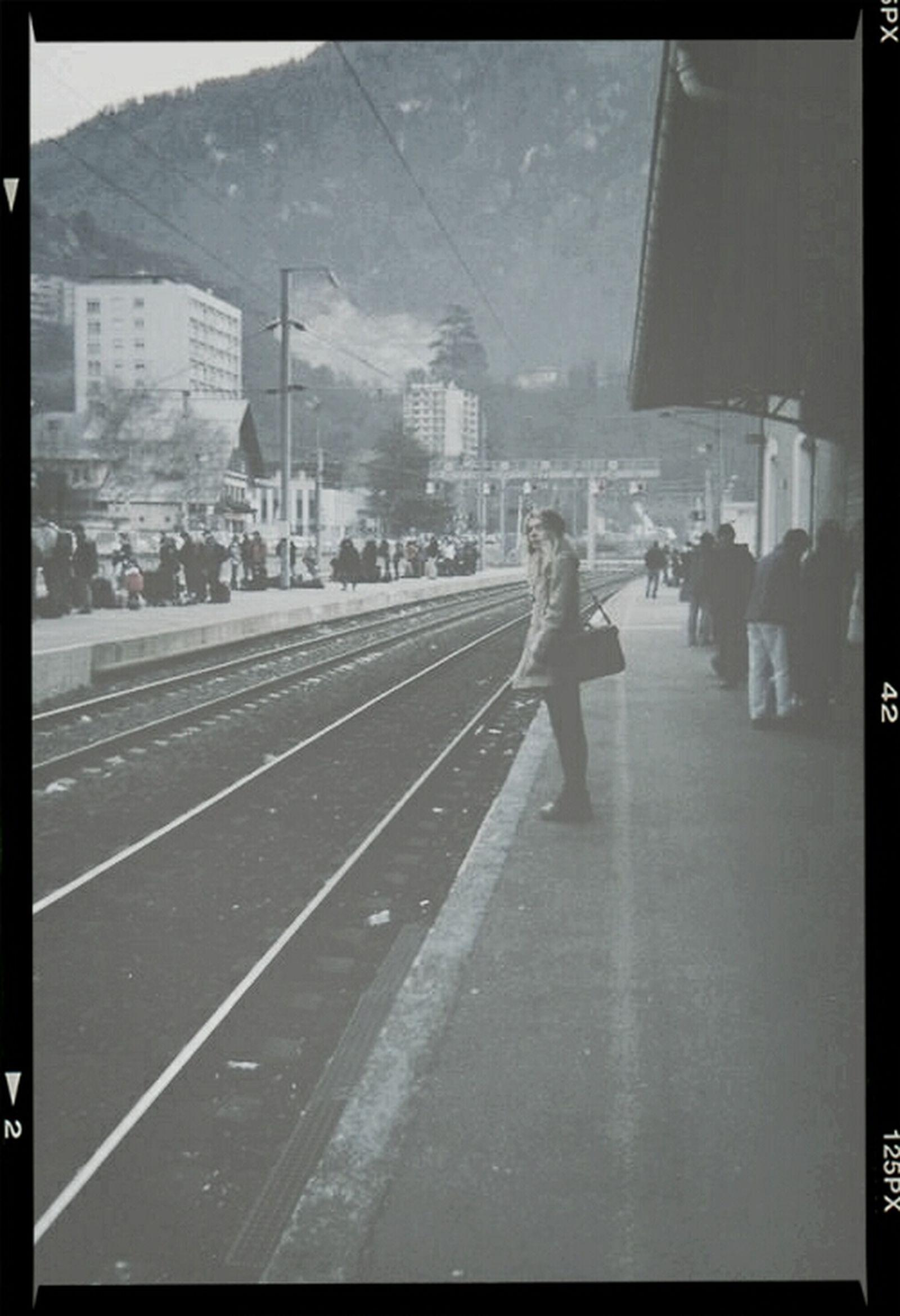 做了多少準備逃離這座城市/身邊所有的人事物/你所擁有的一切/任何值得回憶的事 砍掉重練吧。 Run A Way Leave Alone Lonely
