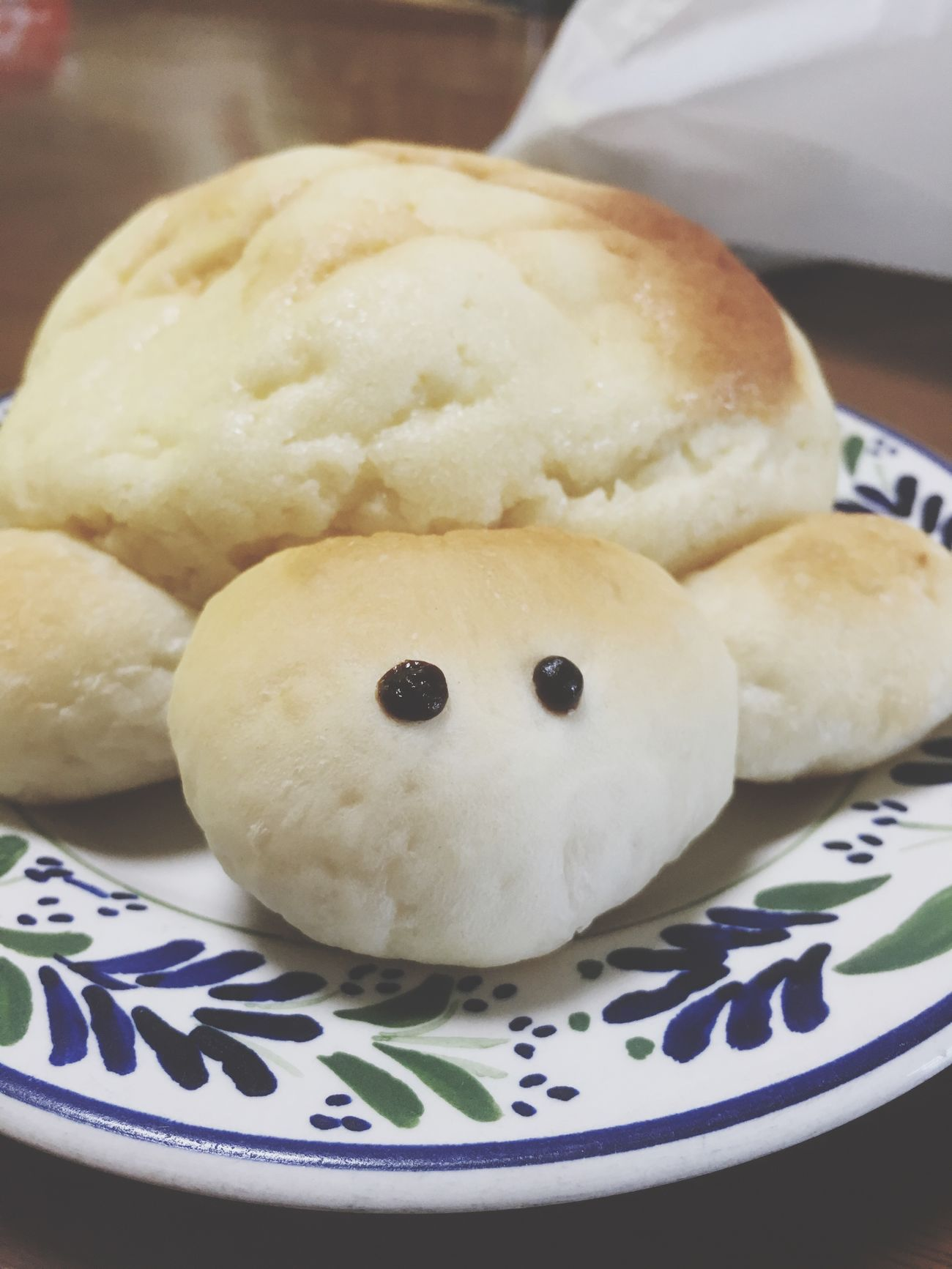朝っぱらからつぶらな目で見つめられて照れ照れ メロンパン 亀 普通に食べた